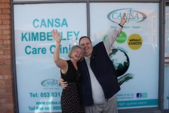 Dr Eileen Snyders (streekbestuurder: Kansa Kimberley/Karoo) en Dr Clive Holroyd (ondervoorsitter van KANSA se streekkomitee)